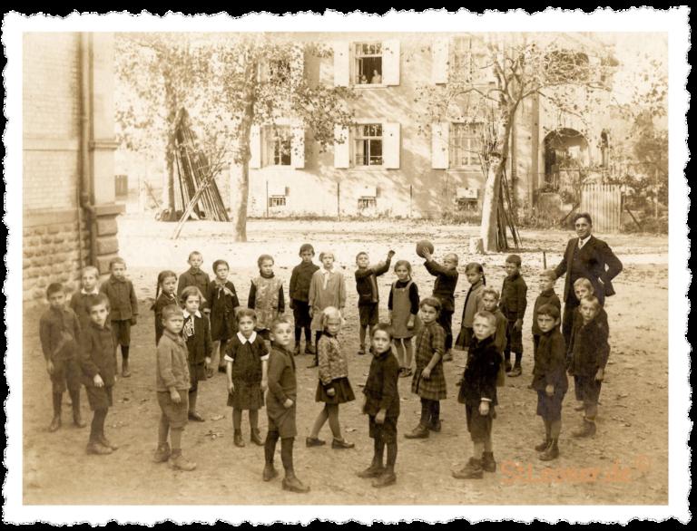 Im alten Schulhof ca 1920
